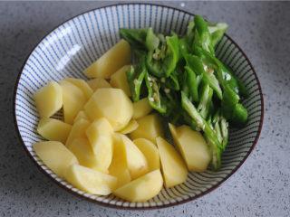 土豆烧排骨,土豆切滚刀块,青椒切片