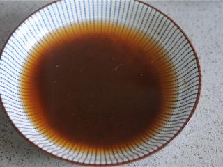 土豆烧排骨,生抽和黑胡椒粉加入少许水,拌匀