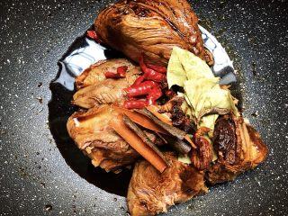 酱牛肉,腌制好放入洗好的香料