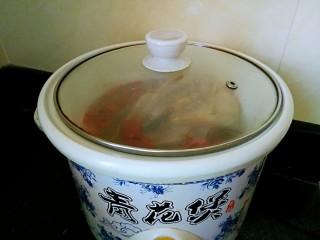 滋补鸽子汤,盖上锅盖,电炖砂锅炖2.5小时