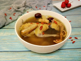 滋补鸽子汤,盛出来,味道非常香