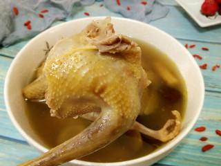 滋补鸽子汤,鸽子炖的已经很入味,肉酥烂,可以开始品尝,吃肉喝汤😄