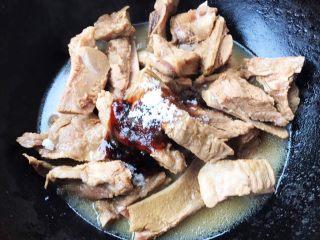 干烧排骨,重新另取一个锅放入排骨倒入少许高汤放入糖、一品鲜酱油、蚝油大火炖制