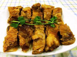 干烧排骨,香浓美味的排骨摆入盘中摆上香菜做装饰