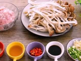 教你一个茶树菇的新鲜吃法,好吃到拿肉都不换,孩子多吃一碗饭,·食材·    新鲜茶树菇 500g、猪肉末 150g  香葱 10g、生姜 10g、大蒜 10g、小米椒 2g  生抽 10g、料酒 10g、淀粉 10g、盐 4g、胡椒粉 1g