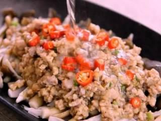 教你一个茶树菇的新鲜吃法,好吃到拿肉都不换,孩子多吃一碗饭,用小米椒点缀,淋上热油即可