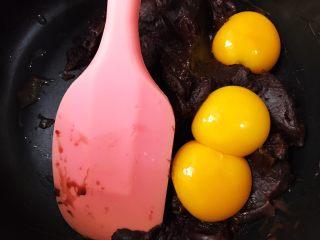 脏脏爆浆蛋糕,鸡蛋分离,蛋黄加入低粉里