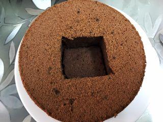 脏脏爆浆蛋糕,取一片垫入洞里