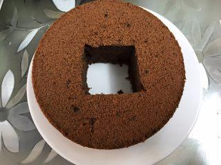 脏脏爆浆蛋糕,中间挖一个洞,把挖出的蛋糕分成三片