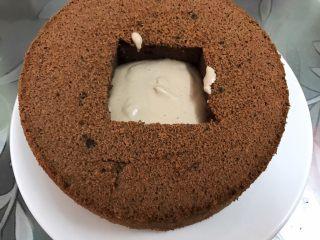 脏脏爆浆蛋糕,舀入两勺奶油在蛋糕洞里