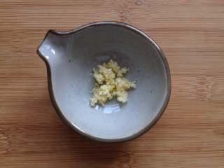 虫草花拌木耳,蒜末放入小碗中