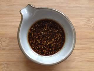 虫草花拌木耳,再调入味极鲜酱油、陈醋、糖、芝麻油搅拌均匀