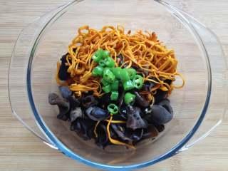 虫草花拌木耳,炸好的杭椒放进碗中,可以再浇点热油