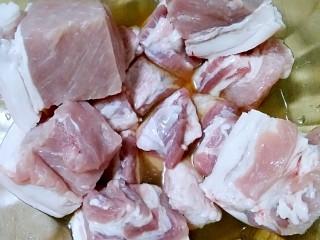 肉夹馍,五花肉切大块,倒入适量料酒抓匀,腌15分钟,去腥。