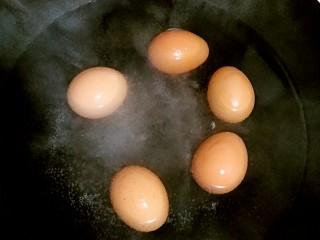 肉夹馍,炖肉的同时还可以煮几个鸡蛋和肉一起卤上。