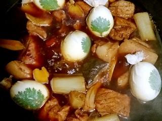 肉夹馍,肉肉炖了一个小时的时候,把包好的鸡蛋放进肉肉里一起跟着咕嘟咕嘟。这个时候就可以放适量盐和鸡精了,盐不要早放!