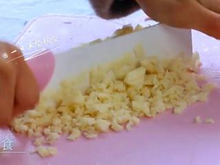 黄花鱼水饺,莲藕切碎加入。大量莲藕的加入,使水饺不仅鲜,还有了脆甜,这是柚妈的独门秘方哦。不可以省略,可以用荸荠替换。