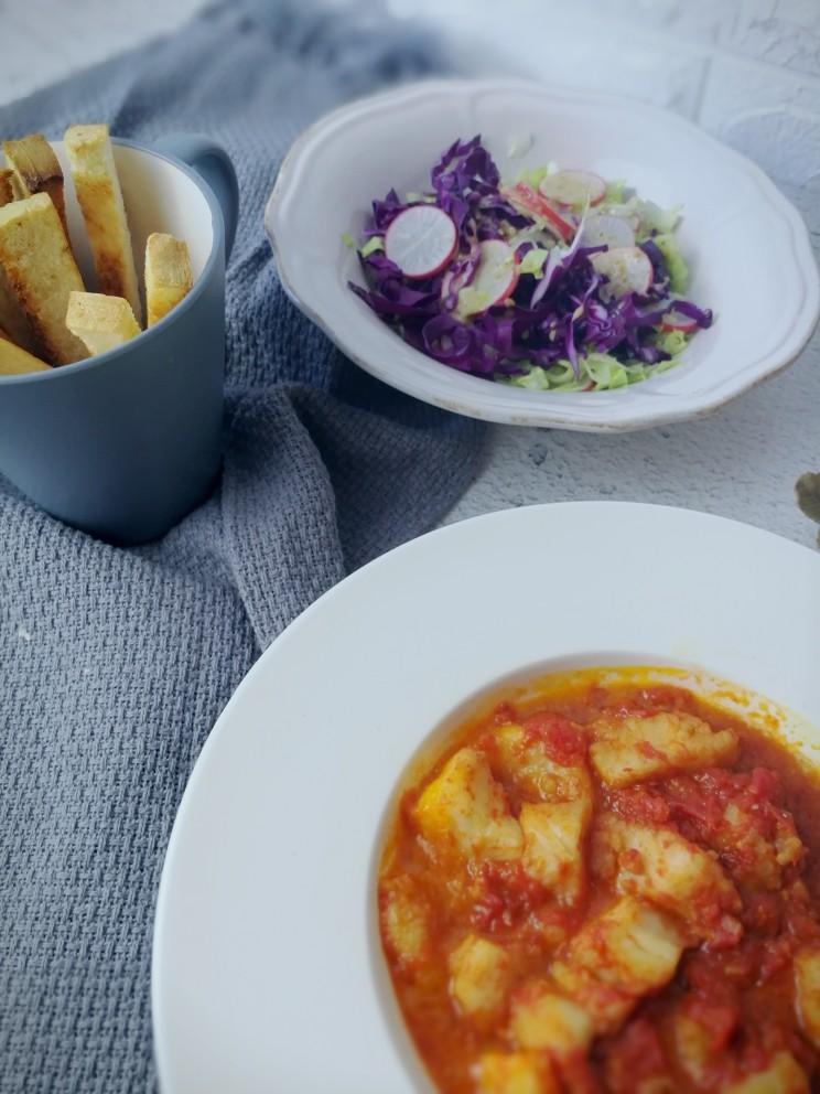 减脂餐系列,吐司条蘸着茄汁龙利鱼味很正呀,吃口沙拉充满夏天的感觉嘻嘻