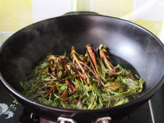 磷虾香椿翠玉饺子🥟【宝宝辅食】,锅内倒入适量清水煮沸后、加一勺盐、把冲洗干净的香椿进行焯水