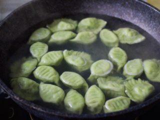 磷虾香椿翠玉饺子🥟【宝宝辅食】,大火煮沸后点少许清水反复3次、直至看见所有的饺子🥟漂浮在水面上即可关火