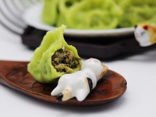 磷虾香椿翠玉饺子🥟【宝宝辅食】,出锅喽、咬一口、用语言形容不出来它的味道、只能说我又吃撑了、人间美味哟……