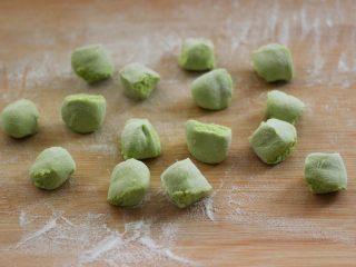 磷虾香椿翠玉饺子🥟【宝宝辅食】,醒发好的面团排气揉成长条