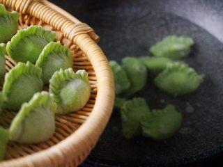 磷虾香椿翠玉饺子🥟【宝宝辅食】,锅中倒入适量清水煮沸后、一个个放到锅中