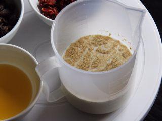 蔓越梅乡村面包,牛奶加热至37度左右加入发酵粉孵化。