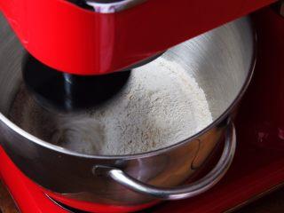 蔓越梅乡村面包,搅拌一下,材料混合均匀。