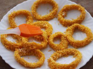 空气炸锅鱿鱼圈🦑【宝宝辅食】,再用硅胶刷在鱿鱼圈上刷上一点油