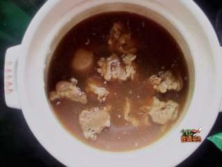 酱骨头,等锅里的水收了四分之三的时候用锅铲翻一翻骨头。
