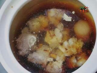 酱骨头,将焯好水的骨头放入砂锅里,加入冷水,水刚过骨头 放入料酒、耗油、糖、老抽、生抽,