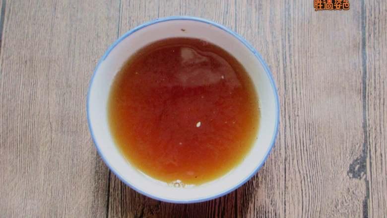 减脂蔬菜沙拉,白糖、生抽、糖、苹果醋、清水混合均匀。锅中放入香葱、香菜、香叶,开火煮3分钟。3分钟后关火,挑出香葱、香菜和香叶,把凉菜汁放置一旁晾凉。