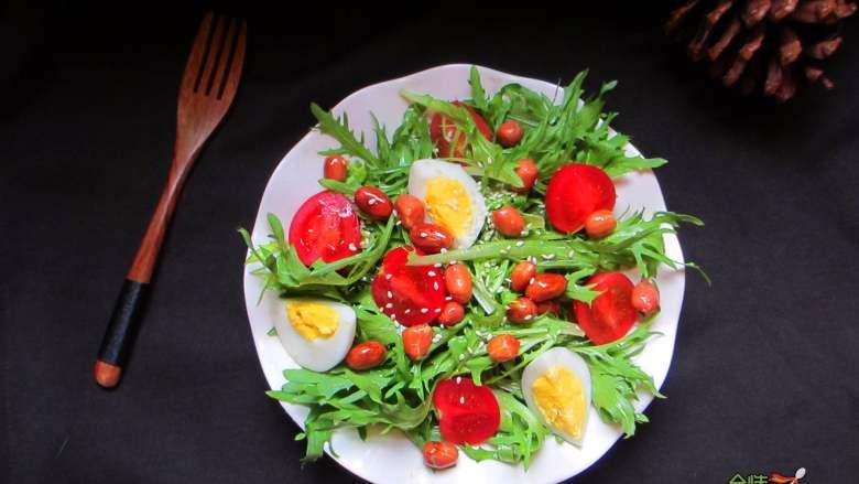 减脂蔬菜沙拉,将万能凉菜汁浇在蔬菜上,撒点熟芝麻即可
