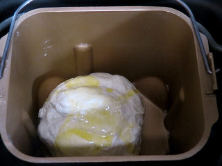 意大利面包【香草佛卡夏】,揉成光滑的面团,然后加入橄榄油,揉至吸收