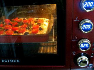 意大利面包【香草佛卡夏】,放入预热好的烤箱,上下火200度,25分钟左右(视自家烤箱习性调整温度和时间)