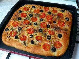 意大利面包【香草佛卡夏】,出炉。后期可以加盖锡纸防止上色过深