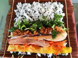 鸡肉紫菜包饭,摆放上各种食材