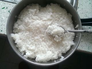 甑糕,先煮好的糯米在煮的时候我们可以先去弄红枣