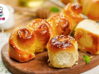 零难度脆底蜂蜜小面包,取出立即刷上蜂蜜水,稍微放凉即可享用