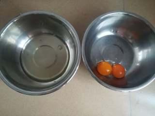 四季慕斯四重奏,蛋黄蛋清分开,蛋清放冰箱一旁备用