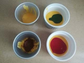 四季慕斯四重奏,在均分的四份蛋黄糊其中三份加入抹茶液、草莓酱,可可粉