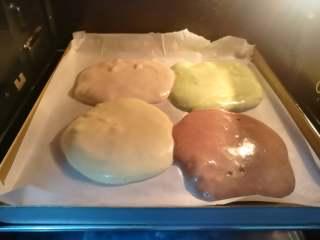 四季慕斯四重奏,放入180℃的烤箱中层烤20分钟