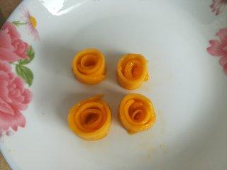 四季慕斯四重奏,取几片芒果片卷成玫瑰花,放入冰箱冷藏