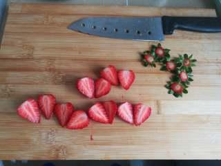 四季慕斯四重奏,草莓去蒂,对半切开