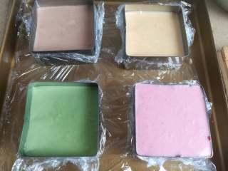四季慕斯四重奏,注意时间的搭配,先做黑巧克力层的慕斯糊,然后冷藏的过程中制作牛奶巧克力层慕斯糊、芒果慕斯糊、抹茶慕斯红、草莓慕斯糊