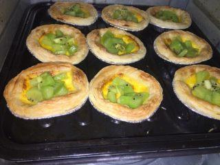 奇异果黄油蛋挞,放入适量奇异果再继续烤5分钟,时间到后暂时不取出再继续烘5分钟