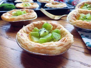 奇异果黄油蛋挞,蛋挞皮非常起酥,加入黄油的蛋挞液经烤制后香味更浓郁,加上绿油油的奇异果,美味难挡