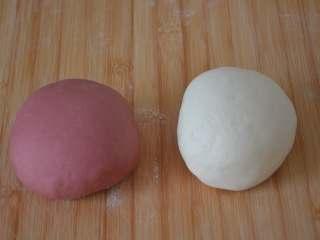 玫瑰花馒头,加少许干面粉,揉搓成光滑的粉色面团。