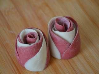 玫瑰花馒头,将切开的两个花卷立起来,这样就是两朵漂亮的玫瑰花,每个玫瑰花馒头生胚约46g左右。这是粉色花瓣在外面的玫瑰花馒头。